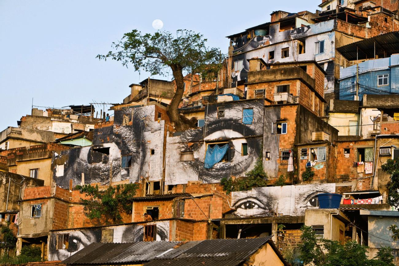 Action dans la Favela Morro da Providência, Arbre, Lune, Horizontale, Rio de Janeiro, 2008
