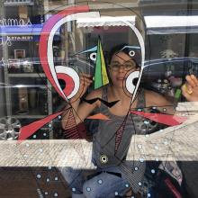 Anabela Dias decorating a store window of a traditional commerce in the city center of Amarante / ©Municipality of Amarante