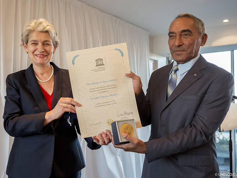 Mr Tamayo Mendez, who was the first person of African heritage and the first Cuban in space, receiving the UNESCO Space Science Medal in 2017. © UNESCO/Christelle ALIX