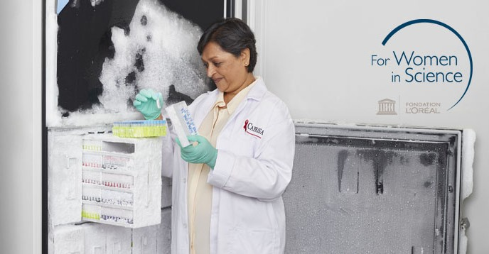 Professor Quarraisha Abdool Karim working in her lab. © L'Oréal Foundation