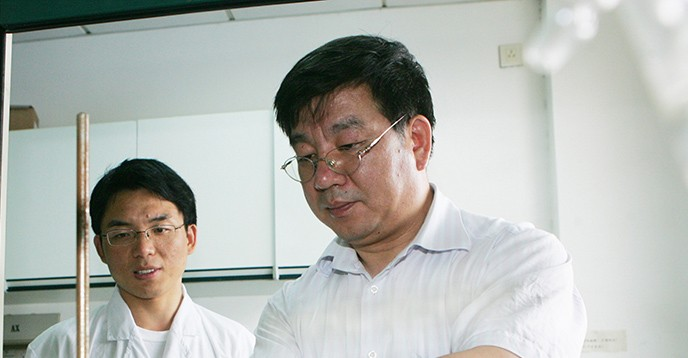 Zhao Dongyuan, right, works with a student in the lab. [© restricted, Photo courtesy of Zhao Dongyuan]